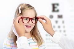 Kind an Augenanblick-Test Kind an optitian Eyewear für Kinder Lizenzfreies Stockfoto
