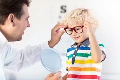 Kind an Augenanblick-Test Kind an optitian Eyewear für Kinder Stockfotografie