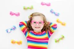 Kind an Augenanblick-Test Kind an optitian Eyewear für Kinder Lizenzfreie Stockfotografie