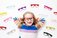 Kind an Augenanblick-Test Kind an optitian Eyewear für Kinder Stockfoto