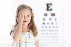 Kind an Augenanblick-Test Kind an optitian Eyewear für Kinder Lizenzfreies Stockbild