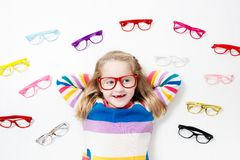Kind an Augenanblick-Test Kind an optitian Eyewear für Kinder Stockbild