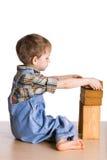 Kind baut einen Kontrollturm der Blöcke auf Stockbilder