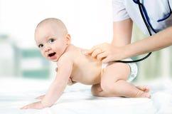Kind behandelt von einem Doktor lizenzfreie stockbilder