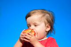 Kind beißen saftigen großen Apfel ab Lizenzfreies Stockfoto