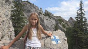 Kind beim Kampieren, Wegweiser in den Bergen, touristisches Mädchen, Forest Trip Excursion stockbild