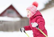 Kind belast bij het ski?en met de winter Royalty-vrije Stock Afbeelding