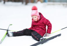 Kind belast met het ski?en bij de winter Stock Afbeeldingen