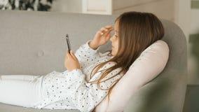 Kind benutzt Telefon stock video