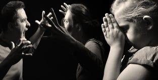 Kind betet für Frieden in der Familie auf Hintergrund des Streites Lizenzfreies Stockfoto