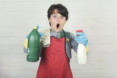 Kind betonte mit Reinigungsprodukten stockfotos
