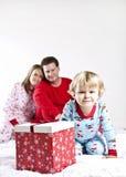 Kind betriebsbereit, Geschenke auf Weihnachtsmorgen zu öffnen Stockfoto