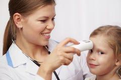 Kind bezoekende arts Stock Afbeelding