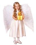 Kind bij de doos van de de holdingsgift van het engelenkostuum. Stock Afbeeldingen