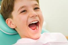 Kind bij de tandheelkunde royalty-vrije stock fotografie