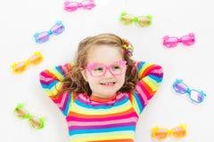 Kind bij de testjong geitje van het ooggezicht bij optitian Eyewear voor jonge geitjes stock afbeelding