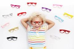 Kind bij de testjong geitje van het ooggezicht bij optitian Eyewear voor jonge geitjes stock foto's