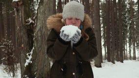 Kind bij de winter met sneeuw stock videobeelden
