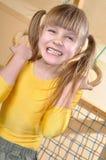 Kind bij haar huissportuitrusting Stock Fotografie