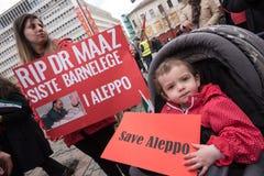 Kind bij het protest van Syrië: Sparen Aleppo Royalty-vrije Stock Fotografie