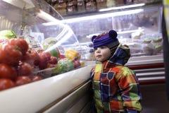 Kind bij kruidenierswinkelopslag Stock Foto's