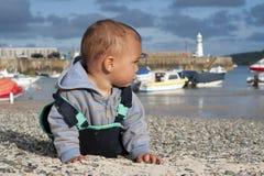 Kind bij kust Stock Afbeelding