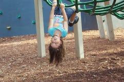 Kind bij speelplaats stock afbeelding