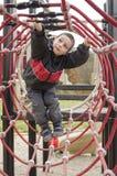 Kind bij speelplaatspark stock fotografie