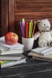 Kind binnenlandse werkplaats en toebehoren voor opleiding en onderwijs - boeken, dagboeken, blocnotes, notitieboekjes, pennen, po royalty-vrije stock foto