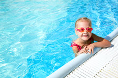 Kind in blauw water van het zwembad Stock Afbeelding
