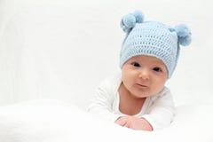 Kind in gebreide hoed Stock Afbeeldingen