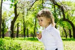 Kind blazende zeepbels. Stock Foto