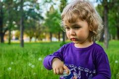 Kind blazende zeepbels. Stock Afbeelding