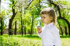 Kind blazende zeepbels. Royalty-vrije Stock Foto's