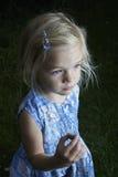 Kind blond meisje die en weinig jonge slak tonen bestuderen Royalty-vrije Stock Afbeeldingen