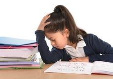Kind bohrte unter Druck mit einem müden Gesichtsausdruck im Hasshausarbeitkonzept Stockfoto