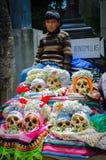 Kind boven menselijke schedels royalty-vrije stock fotografie