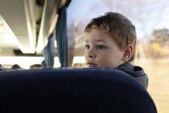Kind in bus stock afbeeldingen