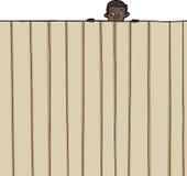 Kind, das über Zaun schaut Stockfoto