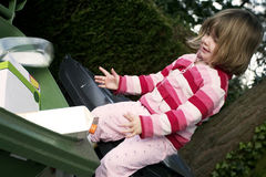 Kind, das Abfall, Abfall aufbereitet Lizenzfreie Stockfotos