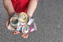 Kind, das Aluminiumdosen aufbereitet Stockbilder