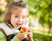 Kind, das Apfel isst Stockfotos