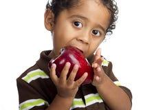 Kind, das Apple isst Stockbild
