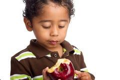 Kind, das Apple isst Stockfoto