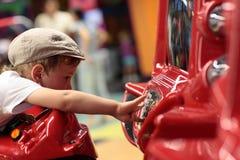Kind, das Arcade-Spiel-Maschine spielt Stockbild