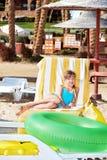 Kind, das auf aufblasbarem Ring sitzt. Stockbilder
