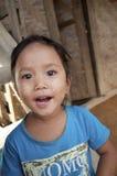 Kind, das auf dem Schritt im Dorf sitzt Stockfotografie