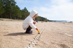 Kind, das auf dem Strand spielt Lizenzfreies Stockbild