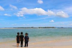 Kind, das auf dem Strand spielt Stockbild