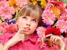 Kind, das auf den Blumen liegt. Lizenzfreies Stockfoto